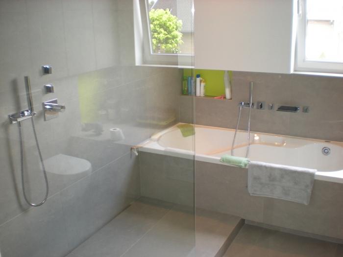 Rond afwerking rond bad met waterval kraan en inloopdouche - Badkamer m met bad ...