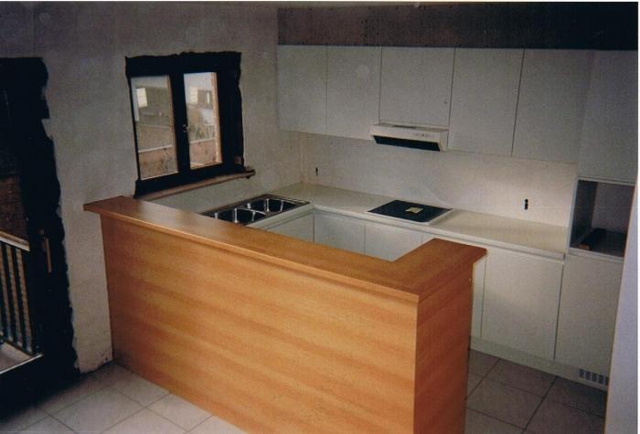keuken in laminaat + kastdeuren 180 graden , toog in imitatie beuk