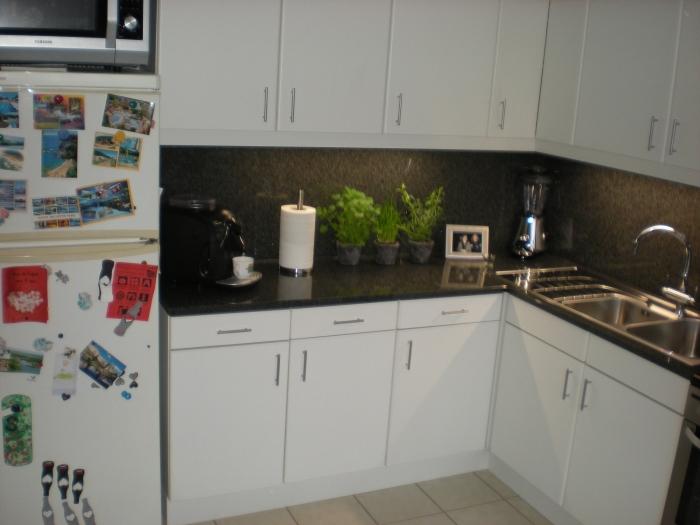 keuken in laminaat , werkblad en opstand in jasberg en inbouw ledverlichting