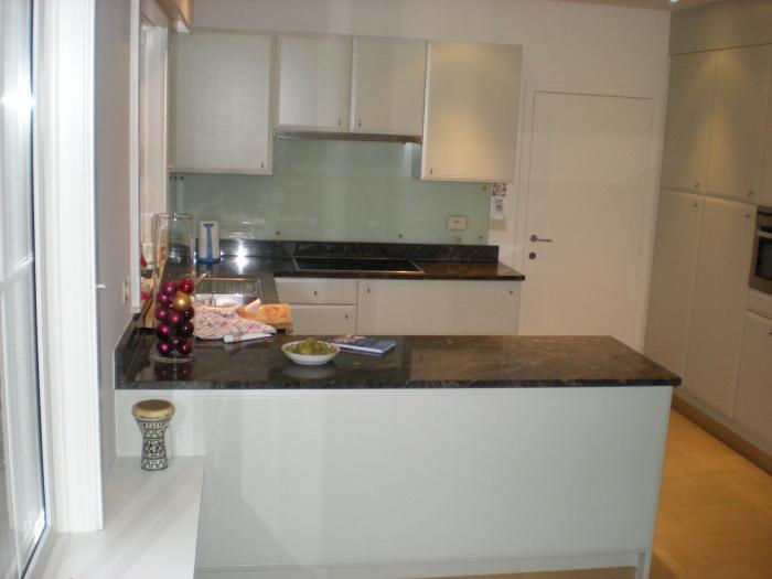 Spatwand keuken verf de spaan showroom u2013 stucwerk keukens achterwanden project en spatwand - Verf keuken lichtgrijs ...