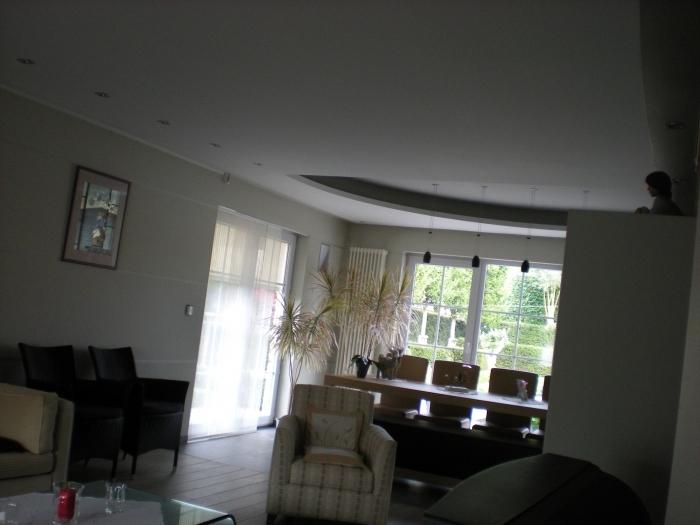 ... plafond met ronde ingewerkte nissen voor indirecte verlichting
