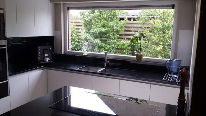 Witte Keuken Met Zwart Werkblad : greeploze keuken wit met zwart granieten werkblad greeploze keuken wit