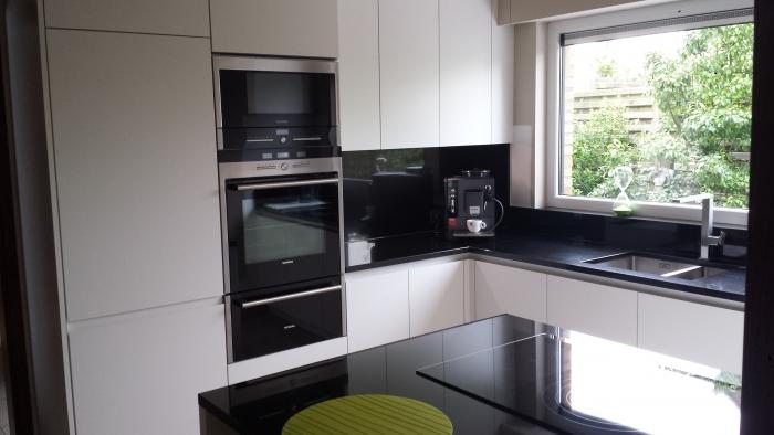 Greeploze keuken wit met granieten werkblad en vrijstaande automaat siemens - Witte keuken met zwart werkblad ...