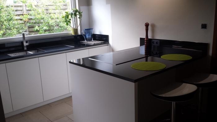 Greeploze keuken snow white met zwarte granieten werkblad en siemens keuken toestellen - Granieten werkblad keuken ...